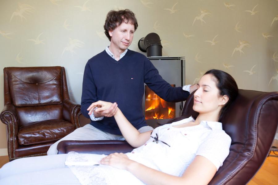 Nikolai Hanf-Dressler bringt einer Klientin die Selbsthypnose bei